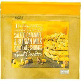 Marks & Spencer Měkké sušenky s kousky slaného karamelu a kousky belgické mléčné čokolády